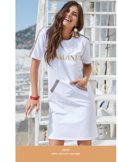 Белое трикотажное платье с карманами спереди